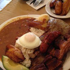 Tipica Comida Colombiana. La deliciosa bandeja Paisa My Colombian Recipes, Colombian Cuisine, Cooking Recipes, Healthy Recipes, Pot Roast, Appetizer Recipes, Favorite Recipes, Yummy Food, Meals