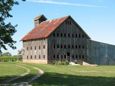 Old Weathered Barn.with many ventilation windows. Country Barns, Country Life, Country Roads, Farm Barn, Old Farm, Barn Art, Country Scenes, Farms Living, Old Buildings