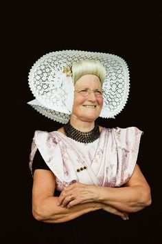 'Stae m'n bovenmusse goed?'  (Arnemuidse vrouw in  Zeeuwse klederdracht) #Zeeland #Arnemuiden