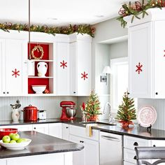 Get inspired by Cozy Christmas Kitchen Décor Ideas. Here is a collection of Top Christmas Decor Ideas For a Cozy Christmas Kitchen. Cozy Christmas, Scandinavian Christmas, Rustic Christmas, White Christmas, Christmas Holidays, Christmas Crafts, Christmas Trees, Scandinavian Style, Beautiful Christmas