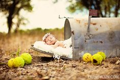 How adorable would this be for a BIRTH ANNOUNCEMENT!  Great baby photo ideas on this blog!