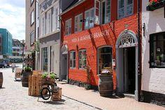 Rote Straße/ Braasch-Rum. Ich liebe Städtetripps, sowas macht man viel zu selten… Neulich hat es mich nach Flensburg verschlagen. Ich mag die Stadt, bin sehr selten dort obwohl ich Verwandtschaft in Flensburg habe. Ich nehme euch mit auf eine kleine Fototour…. …ohne viele Worte (ich bin heute wirklich schreibfaul) durch die rote Straße mit Ihren niedlichen Innenhöfen: Krusehof, Blumenhof, Sonnenhof [...]