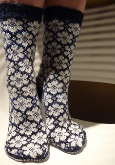 Ravelry: pleximo's White Flowers - don't knit socks but worth getting for the flower pattern. Crochet Socks, Knit Mittens, Knit Or Crochet, Knitting Socks, Hand Knitting, Knitting Patterns, Ravelry, Creation Couture, Wool Socks