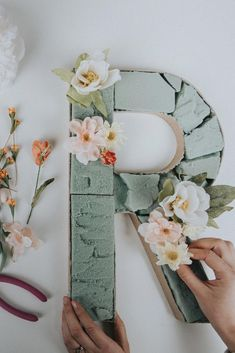 DIY Blooming Monogram - - In preparation for Valentine's Day and the upcoming spring season, we're creating a colorful DIY that will add beauty to your home year-round. A blooming monogram is quick, easy, and can be totally personalized. Blooming Monogram, Saint Valentin Diy, Flower Letters, Deco Floral, Spring Home Decor, Diy Décoration, Diy Wedding Decorations, Diy Spring Decorations, Diy Wedding Crafts