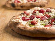 Amikor unod már a tradícionális recepteket és valami új ötletet keresel, az epres bazsalikomos pizza egy könnyen elkészíthető, de fasztasztikus finomság! 🍓🍕