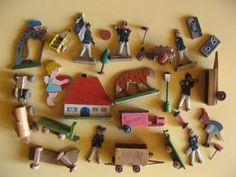 Altes-antikes-Holz-Spielzeug-Flach-Figuren-Tiere-Traktor-Soldaten-Erzgebirge-DDR