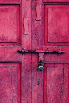What a stunning colour on this rustic door. Really reminds me of a Peony Pink, which would be readily mixed with the Burgundy shade of Chalk Paint™.