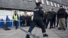 """Kritisk journalistik Hård tone: """"Politibetjente er statsbetalte rockere"""" Både fagforeninger, Helle T og """"danskerne"""" er enige om at tonen til de offentligt ansatte er blevet hårdere - dvs. at folk taler grimmere og ser ned på de offentligt ansatte."""