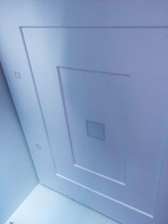 Forro de gesso, sanca fechada, decoração escada invertida, com lâmpadas de led central e lateral.