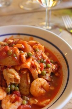 Recept: Spaans visstoofpotje - Ze.nl - Hét online magazine voor vrouwen! Dutch Recipes, Fish Recipes, Seafood Recipes, Asian Recipes, Healthy Recipes, Fish Dishes, Main Dishes, Vegan Junk Food, Vegan Kitchen