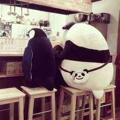 [2013/09/04]    パンダくんでかい...      @しろくまカフェ TAKADANOBABA --- I don't know what this says or what this is, but it's a penguin AND a panda having lunch (or a drink) together. :D