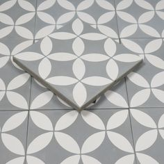 Marockanskt Kakel Tea Light är en vackert mönstrad, grå och vit cementplatta från vårt egentillverkade marockanska sortiment. Används till golv och väggar.