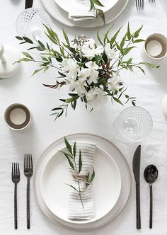 Tips to Set a Simple and Modern Tablescape Easy ideas for creating a modern minimal table setting.Easy ideas for creating a modern minimal table setting. Deco Floral, Wedding Table Settings, Setting Table, Table Wedding, Elegant Table Settings, Wedding Ceremony, Wedding House, Beautiful Table Settings, Dining Table Settings