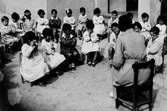 Las maestras de la República / @lamarea_com   [...] El documental Maestras de la República, estrenado por la FETE-UGT, rinde homenaje a la figura de estas mujeres comprometidas con la enseñanza en una época incierta pero valiente para la historia. El libro Historia de una maestra de Josefina Aldecoa se convierte en el hilo conductor de esta cinta que se proyectará por universidades españolas y en conferencias durante los próximos meses de 2013 [...]   #historierio