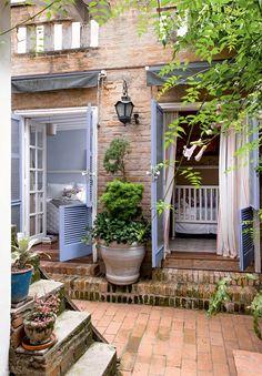 No terreno mínimo, de 120 m², a solução para ter um jardim foi enchê-lo de vasos. O closet se transformou no quarto da menina, ligado ao dos pais.