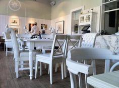 gemuetlichsten Cafés in Wien Dining Table, Bar, Vienna, Cupcake, Furniture, Home Decor, Cozy Cafe, Ad Home, Decoration Home