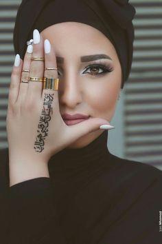 ✨💖Loveee her makeup! And doing the calligraphy in black henna is so creative mA!💖✨plz tag her! Arabic Tattoo Design, Henna Tattoo Designs, Mehndi Designs, Arabic Calligraphy Tattoo, Tattoo Ideas, Henna Images, Said Mhamad Photography, Henna Tattoo Hand, Henna Mehndi