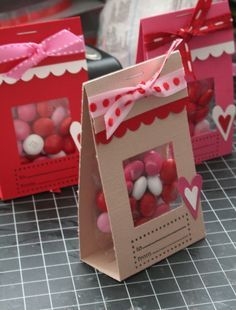 Bolsas de caramelos empacados dentro de envoltura de cartulina para regalo. #IdeasAmorYAmistad