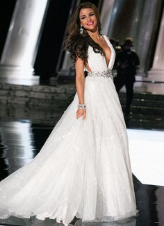 Clarissa Molina, Miss Universe Dominican Republic 2015, white evening gown with sparkle detail (2015 Miss Universe Pageant Evening Gown Competition)