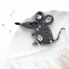 Beaded Brooch, Beaded Jewelry, Brooches Handmade, Handmade Jewelry, Necklace Storage, Beaded Animals, Metal Pins, Flower Brooch, Beaded Embroidery