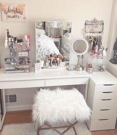 20 Best Makeup Vanities & Cases for Stylish Bedroom - Dads house - Makeup Vanity Case, Makeup Vanities, Makeup Desk, Makeup Rooms, Rangement Makeup, Vanity Room, Closet Vanity, Living Room Green, Glam Room