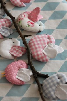 Cute ide for using those fabric scraps and getting creative! DIY Easter decoration for home! Fabric Toys, Fabric Birds, Fabric Art, Fabric Scraps, Bird Crafts, Felt Crafts, Diy And Crafts, Arts And Crafts, Softies