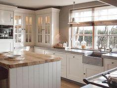 Idee blad beton look en hout  en kastjes wit ook mooi. Kastjes met glas lelijk.