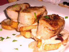 Cama de patatas con solomillo de cerdo y queso azul. www.tiendajulianmartin.es Chicken, Food, Blue Cheese, Pork Tenderloins, Potatoes, Cooking, Blue Nails, Eten