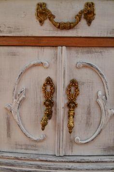 Restauración, reutilización y reciclaje de muebles antiguos o viejos. Tratamientos carcoma. Taller de restauración en Sant Quirze.