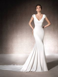 The MELIA mermaid wedding dress has a spectacular V-neckline, is made of crepe and has gorgeous short sleeves with gemstone embroidery #SanPatrick