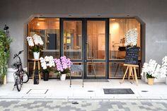 【大阪市 miee bakery(ミーベーカリー)様】 大阪・西心斎橋の「miee bakery」様にて、カウンターチェア「yu-counter chair」×5脚をお使いいただいています。  #カウンターチェア #カウンター椅子 #無垢カウンターチェア #京都 #日本製  #counterchair #cafe #japan #kyoto #北欧インテリア #おしゃれなインテリア #おしゃれなカウンターチェア #おしゃれな椅子 #つくりのいいもの #カフェチェア #カフェ家具 #mieebakery #ミーベーカリー Garage Doors, Outdoor Decor, Home Decor, Interior Design, Home Interior Design, Home Decoration, Decoration Home, Interior Decorating