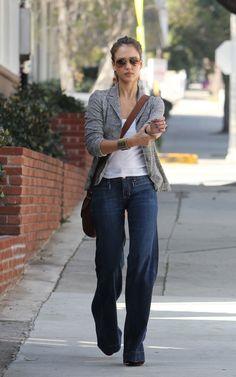 Jessica Alba trägt weite Jeans und grauer Blazer