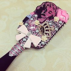 painted decorated hair brush Mirror Crafts, Diy Mirror, Diy Hair Brush, Cool Things To Make, Girly Things, Random Things, Marilyn Monroe Tattoo, Costume Jewelry Crafts, Rhinestone Crafts