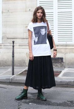 Look saia midi preta e maxi t-shirt estampada com coturno verde