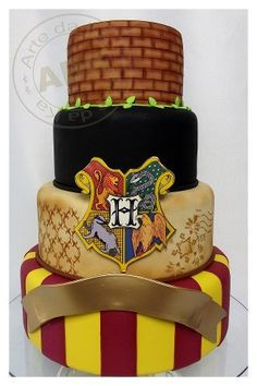 You can't deny the magic that is Harry Potter! Filled with wonderful creatures and mesmerizing wizardry, Harry Potter was truly one of the best parts of my childhood (and my current adulthood). Harry Potter Torte, Harry Potter Birthday Cake, Harry Potter Food, Harry Potter Wedding, Beautiful Cakes, Amazing Cakes, Harry Potter Fiesta, Kreative Desserts, Gateaux Cake