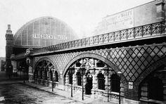 Bahnhof Friedrichstraße -  Von der östl. Georgenstraße; vorn die Franziskaner-Gaststuben in den Stadtbahnbögen (1885):