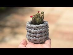Ecologicamente correto, barato e com bom rendimento, o fio de malha é um dos materiais… Crochet Basket Pattern, Knitting Videos, Cool Things To Make, How To Make, T Shirt Yarn, Stuffed Toys Patterns, Diy Crochet, String Art, Macrame