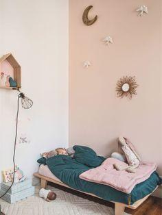The home of Hélène Fulchi, Minois via MilK Magazine Baby Bedroom, Girls Bedroom, Bedroom Decor, Deco Kids, Ideas Hogar, Shared Bedrooms, Kids Decor, Home Decor, Little Girl Rooms