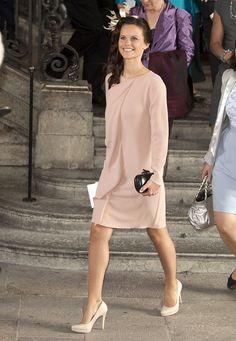 Fashion-Looks : Die Taufe der kleinen Prinzessin Estelle im Mai 2012 war eines der ersten offiziellen Events, das Sofia Hellqvist absolviert hat. Im mattrosa Chiffon-Dress mit schicken Fascinator-Hütchen und nudefarbenen Pumps hat sie das modisch hervorragend gemeistert.