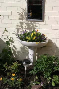 Stunning 34 Casual Diy Garden Sink Design Ideas That Looks So Stunning. Budget Garden, Patio Layout Design, Diy Garden Projects, Garden Diy On A Budget, Diy Garden Furniture, Garden Decor, Garden Sink, Outdoor Gardens, Container Gardening