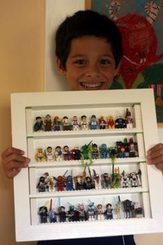 Do you have a Lego superfan at home? Get inspiration with these Lego themed bedroom ideas. Lego Theme Bedroom, Bedroom Themes, Bedroom Ideas, Lego Display, Display Cases, Legos, Lego Ninjago, Lego Minifigure, Lego People