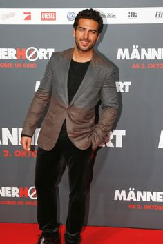 Elyas M'Barek in Louis Vuitton. Mehr gute Looks gibt's übrigens hier: http://www.welt.de/icon/article124496720/Elyas-MBarek-in-Louis-Vuitton.html