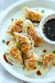 Sesame Chicken Potstickers - These are unbelievably easy to make. And they'reSesame Chicken Potstickers - These are unbelievably easy to make. And they're freezer-friendly too, perfect for those busy weeknights! Sesame Chicken, Le Diner, Mets, Appetizer Recipes, Party Appetizers, Appetizer Ideas, Party Snacks, Asian Recipes, Easy Recipes