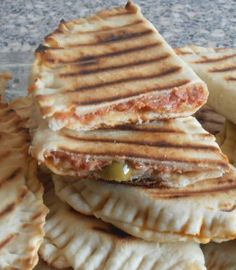 délicieux chausson au thon cuisson à la poèle! Crockpot Recipes, Snack Recipes, Cooking Recipes, Snacks, Tunisian Food, Arabic Food, International Recipes, Diy Food, Healthy Cooking