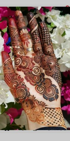 Cutest designs of bridal or wedding mehndi arts and designs for every girl to wear nowadays. See here many awesome henna arts to convert your hands' look into modern beauty. Khafif Mehndi Design, Mehndi Designs Book, Mehndi Designs 2018, Mehndi Designs For Beginners, Modern Mehndi Designs, Mehndi Design Pictures, Mehndi Designs For Girls, Wedding Mehndi Designs, Dulhan Mehndi Designs
