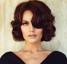 Mulher com cabelos curtos e cacheados