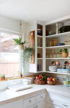 25 Ways To Pull Off Boho Chic Style In The Kitchen - a boho chic kitchen spruced up with macrame, jute, wicker and a colorful tile backsplash - Hippie Kitchen, Bohemian Kitchen, Home Decor Kitchen, Home Kitchens, Kitchen Tiles, Bohemian Bedroom Design, Deco Studio, Sweet Home, Boho Home