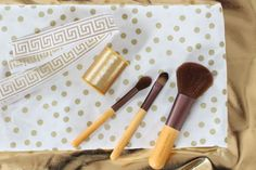 Travel in style and keep your brushes in tip top shape with this handy makeup organizer that you can make yourself.