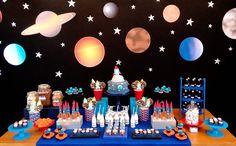 O Theo comemorou 3 anos nas galáxias! Foguetes, planetas e estrelas fizeram parte da decoração com tema astronauta, assinada pela Caraminholando. Embarque