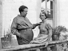 Frida Kahlo first met Diego Rivera when she was an art student hoping to get advice on her career from the famous Mexican muralist. Frida E Diego, Diego Rivera Frida Kahlo, Frida Art, Natalie Clifford Barney, Tanz Poster, Kahlo Paintings, Famous Mexican, Photo Portrait, Mexican Artists